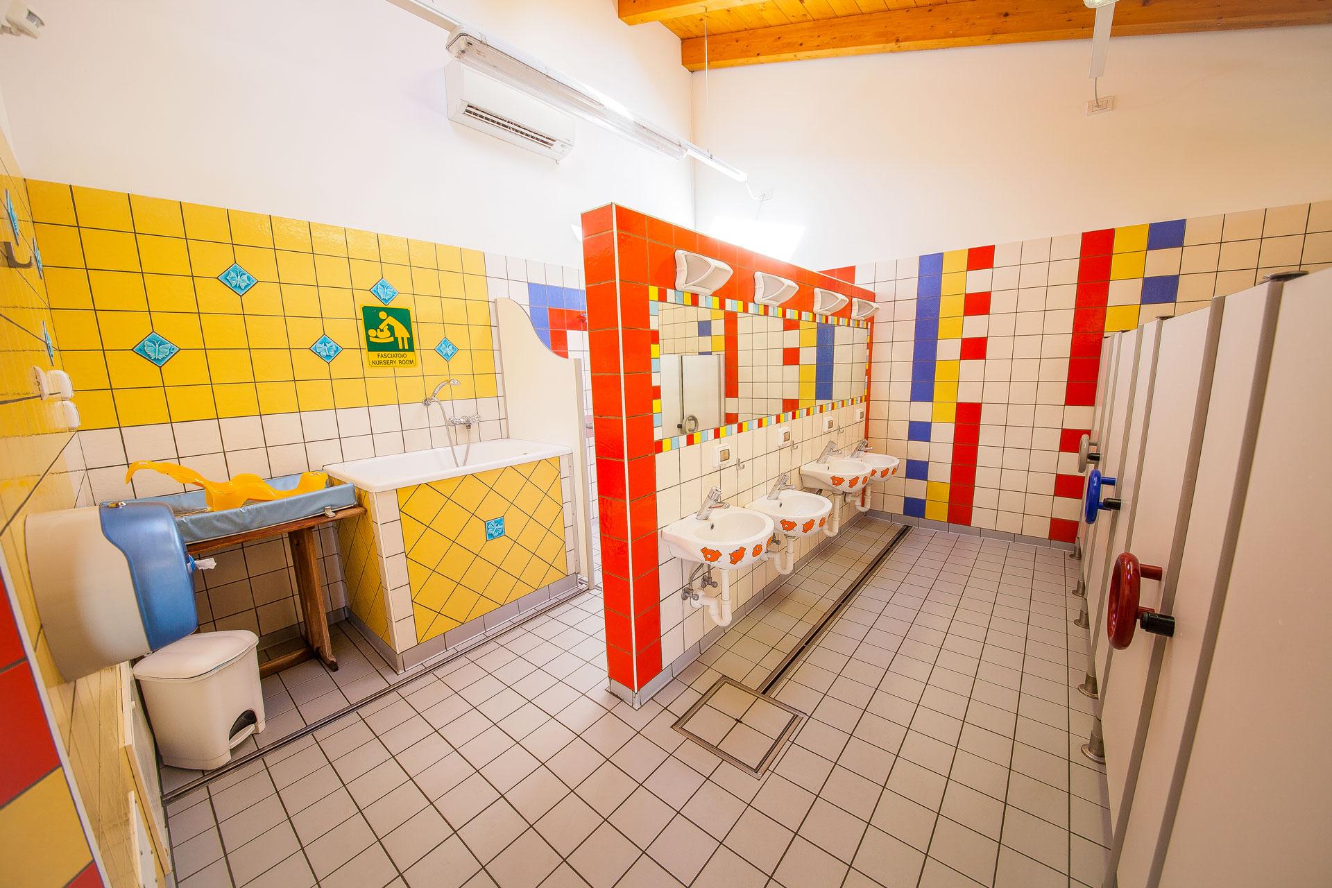 inoltre troverete asciugacapelli asse da stiro lavatrici ed asciugatoi a pagamento wc chimico e bagni privati dotati di lavandino wc e doccia su